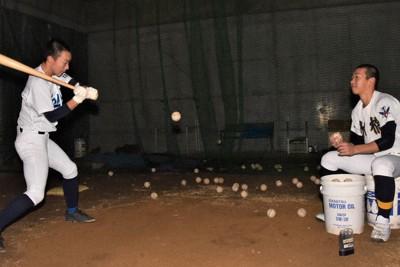 水橋の中川凌輔(右)がトスした球を打つ富山北部の高倉凜久=富山市の富山北部高校で2020年12月23日午後5時2分、高良駿輔撮影