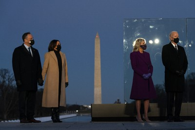 ワシントンのリンカーン記念堂前でコロナ犠牲者追悼式典に臨むバイデン次期大統領(右端)ら=2021年1月19日、AP