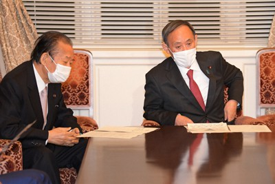 自民党役員会に臨む二階俊博幹事長(左)と菅義偉首相=国会内で2020年11月30日午後4時58分、竹内幹撮影