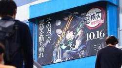 映画館の外壁に掲げられた「鬼滅の刃」の広告=横浜市西区で2020年11月18日、丸山博撮影