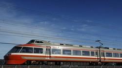美しいサイドビューを見せる7000形=神奈川県の小田急電鉄小田原線・栢山-開成間で2013年12月16日、金盛正樹撮影