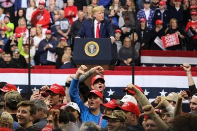 トランプ氏の演説中、記者席に向かって罵声を浴びせる支持者ら=米中西部アイオワ州デモインで2020年1月30日、高本耕太撮影