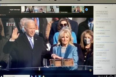 オンラインの「ウオッチパーティー」でバイデン米新大統領の就任宣誓を見守る支持者。右側のチャット欄にコメントが次々と書き込まれた=2021年1月20日、福永方人撮影