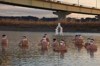 Shinto clergy participate in the purification ritual in the Tenryu River in Hamamatsu's Higashi Ward, Shizuoka Prefecture, on Jan. 20, 2021. (Mainichi/Koichi Fukuzawa)
