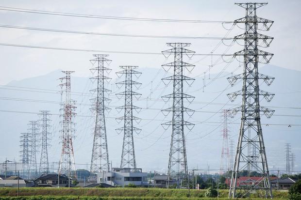 送配電事業では、再生可能エネルギーの大量導入に伴う容量の拡大が必要だ (Bloomberg)