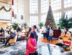 クリスマス連休の香港ディズニーランドホテルのロビー JETRO提供