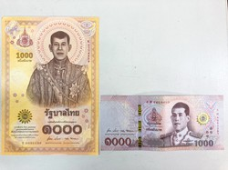 タイ中央銀行が発行した新1000バーツ札(左)と現行の1000バーツ札 著者撮影