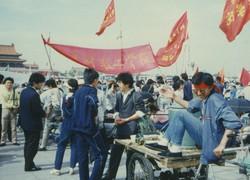 民主化を訴え、天安門広場に集まった学生ら=1989年5月19日、浜名晋一撮影