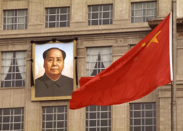 毛沢東中国共産党主席(当時)の追悼大会当日、毛沢東主席の遺影と半旗が掲げられた北京市内の建物=中国北京市で1976年(昭和51年)9月18日、中西浩撮影