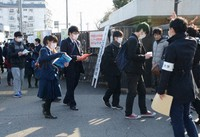 Entrance exam applicants are seen entering Utsunomiya University in the eastern Japan city of Utsunomiya, Tochigi Prefecture, on Feb. 25, 2020, in this file photo. (Mainichi/Kanako Watanabe)
