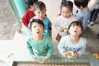 Children at a day-care center gargle with Sayama tea powder in Iruma, Saitama Prefecture, on Dec. 28, 2020. (Mainichi/Takashi Seido)