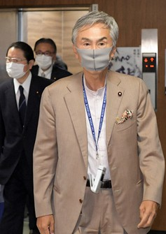 Former Minister of Land, Infrastructure, Transport and Tourism Nobuteru Ishihara prepares to take part in a meeting of the Liberal Democratic Party's General Council in this file photo taken on June 30, 2020. (Mainichi/Kan Takeuchi)