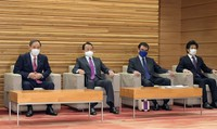 Japanese Prime Minister Yoshihide Suga, far left, attends a Cabinet meeting in Tokyo on Jan. 22, 2021. (Mainichi)