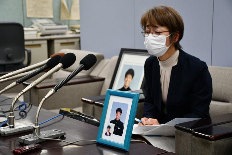 田中拓海さんの遺影とともに記者会見する母親=鹿児島県庁で2021年1月12日午前11時56分、足立旬子撮影