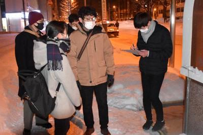 路上生活者の実態調査をするメンバー=札幌市東区で24日午前3時30分、真貝恒平撮影