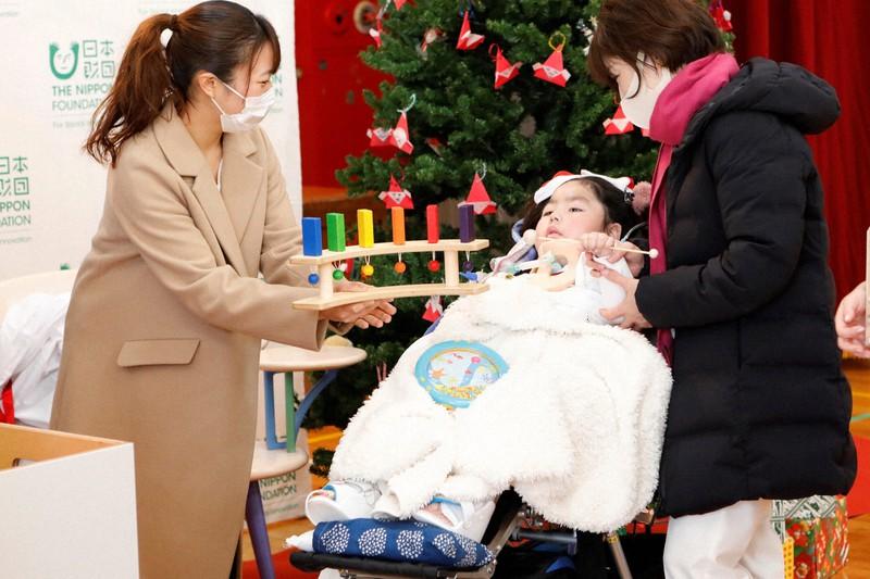 昨年12月、東京おもちゃ美術館であった施設への贈呈式で、難病の子らにおもちゃが披露された=日本財団提供