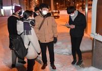 Volunteer group members conduct a survey on homeless people in Higashi Ward, Sapporo, at 3:30 a.m. on Jan. 24. (Mainichi/Kohei Shinkai)