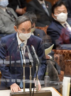 Prime Minister Yoshihide Suga answers a question from Constitutional Democratic Party of Japan lawmaker Eri Tokunaga duding a Jan. 27, 2021 House of Councillors Budget Committee session. (Mainichi/Kan Takeuchi)
