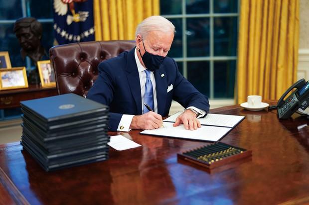 就任初日に17の大統領令などに署名 (Bloomberg)