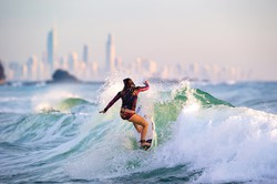 人気が高まるサーフィン クイーンズランド州観光局提供