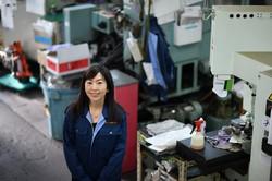 作業場に立つダイヤ精機の諏訪貴子さん=東京都大田区で2020年12月15日、宮間俊樹撮影