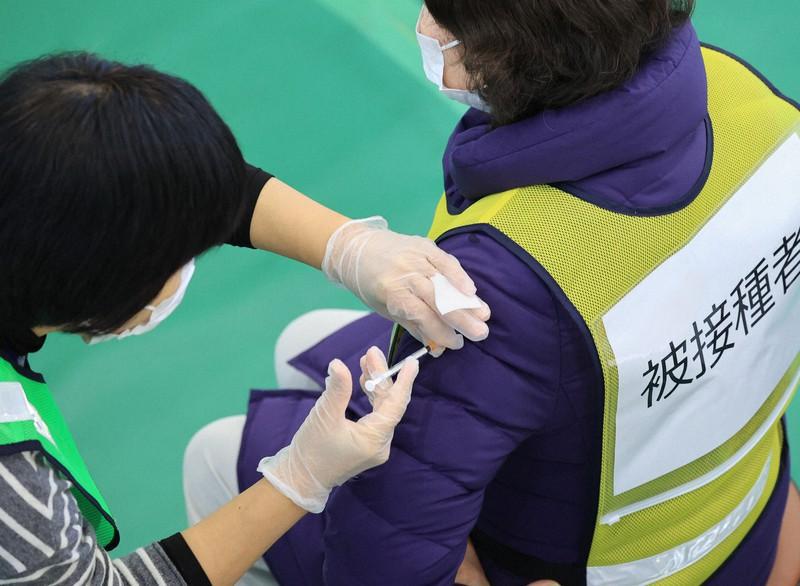 新型コロナウイルスワクチン接種会場運営訓練で行われたワクチン注射の訓練=川崎市幸区で2021年1月27日午後1時12分、梅村直承撮影
