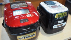 パナソニックの炊飯器(左)とアイリスオーヤマの炊飯器=東京都千代田区の家電量販店で2017年9月14日、野村房代撮影