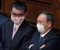 衆院本会議に臨む菅義偉首相(右)と河野太郎行政改革担当相=2021年1月18日、竹内幹撮影