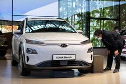 韓国・高陽市のショールームに展示された現代自動車のEV「コナ・エレクトリック」 Bloomberg