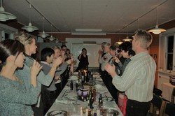 デンマークでは、仕事帰りに飲むことはほとんどないが、パーティーはよく開かれる。参加した未成年のグラスにワインなど酒類がつがれることも=筆者撮影