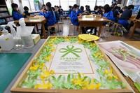 """Students create """"citrus ribbons"""" using yellow and yellow-green construction paper at Tokyo San-iku Elementary School in Nerima Ward, Tokyo, on Jan. 26, 2021. (Mainichi/Kaho Kitayama)"""
