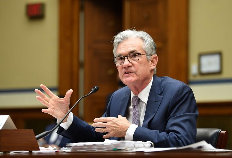 米議会で証言する米連邦準備制度理事会(FRB)のパウエル議長。早期の緩和縮小を否定する(Bloomberg)