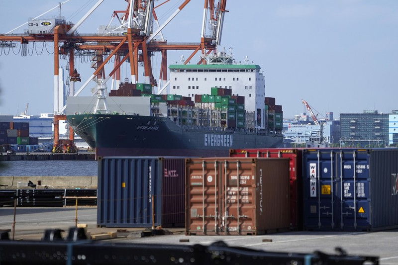 日本の貿易黒字は縮小の一途(横浜港)(Bloomberg)