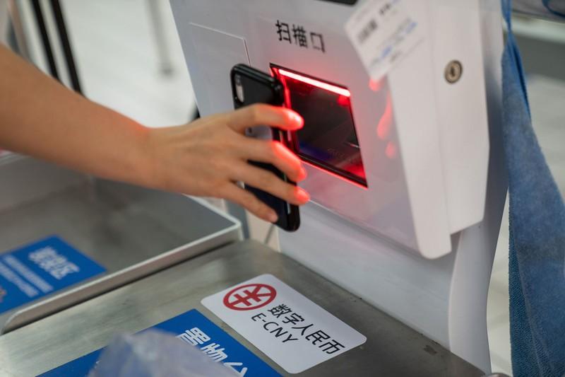 中国で始まったデジタル人民元の実験(2020年11月、広東省深圳で)(Bloomberg)