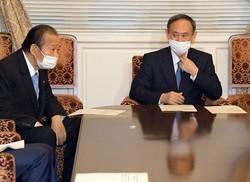 二階俊博幹事長(左)が菅首相に「見切り」をつけない限り、自民には「菅降ろし」を起こす余力がないのかもしれない(国会内で1月25日)