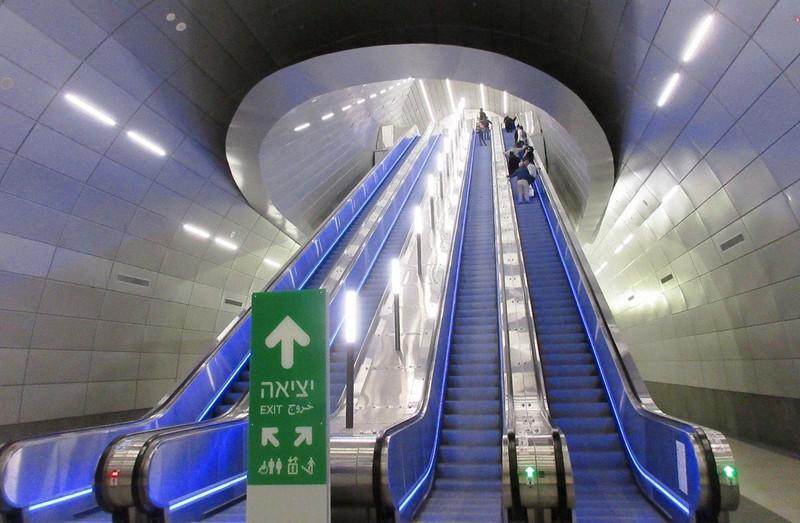 エルサレムのイサク・ナボン駅は地下80メートルに新設された。地上へは長いエスカレーターをいくつも乗り継ぐ(写真は筆者撮影)