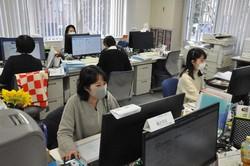 東京海上日動火災保険の三浦薫さん(手前)が勤める職場では約15人が示談交渉を受け持つ=東京都立川市で