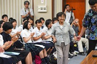 Sakue Shimohira, center, is welcomed by high school students at an event to pass down experiences of the atomic bomb in the southwestern Japan city of Nagasaki, on Aug. 8, 2017. (Mainichi/Tomohisa Yazu)