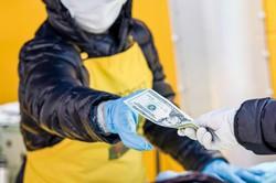 人々の手元に入ってくる米ドルは大幅に増加している (Bloomberg)