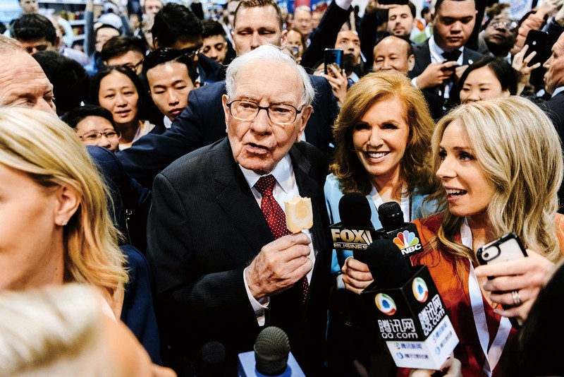 好物のアイスキャンディーを食べる著名投資家のバフェット氏。日本の商社株への投資を始めた (Bloomberg)