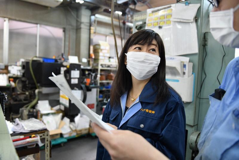作業場で従業員と話し合うダイヤ精機の諏訪貴子さん(左)=東京都大田区で2020年12月、宮間俊樹撮影