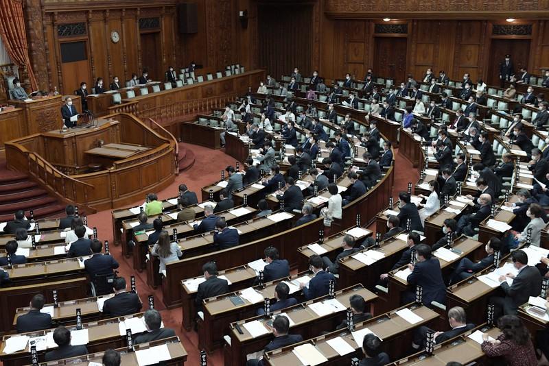 新型インフルエンザ等対策特別措置法と感染症法の改正案を審議した参院本会議=国会内で2021年2月2日午前10時47分、竹内幹撮影