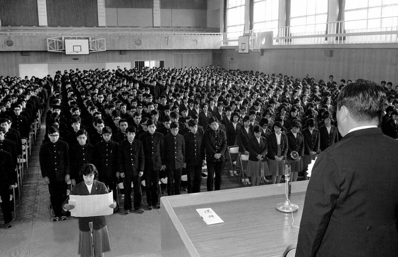 急増期の「終戦っ子」を収容するため、1963年春に新設された大阪府立大和川高校(現大阪府教育センター付属高校)で、1期生537人の卒業式が行われた=大阪市住吉区で66年2月24日、山中徳一撮影