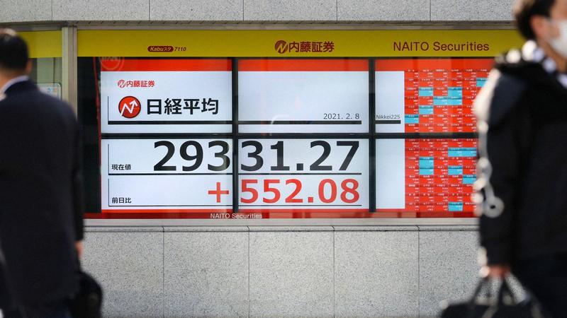 約30年6カ月ぶりに2万9000円台で取引が続く日経平均株価を示すボード=東京都中央区で2021年2月8日午後2時51分、吉田航太撮影