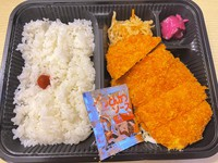 This photo shows a dinner served for COVID-19 patients at a business hotel in Osaka Prefecture. (Photo courtesy of a man who stayed at the hotel)