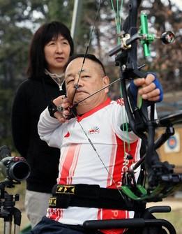 Yoshitsugu Naka is seen during practice in the city of Sakurai, Nara Prefecture, in this file photo taken on Feb. 15, 2020. His wife Naomi is seen behind him. (Mainichi/Kentaro Ikushima)