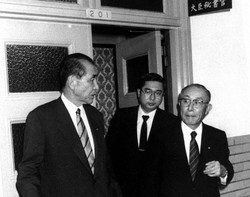 住友銀行元支店長巨額融資仲介事件で、橋本蔵相と面会した、磯田一郎会長(左)と巽外夫頭取。 1990年10月8日撮影