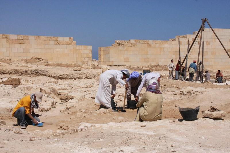 「クレオパトラの墓」を求め、エジプト北部タップオシリス・マグナ神殿跡で続けられる発掘作業=2009年5月13日、和田浩明撮影