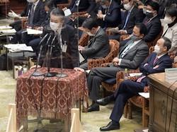 総務省の秋本芳徳情報流通行政局長(左)は菅首相の長男による飲食代・タクシー代の支払いは認めた。もし「違法性」があれば政権が受けるダメージは大きい(国会内で2月5日)