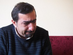 故郷アレッポを思って目に涙を浮かべるシリア難民のヒシャーム・エスカフさん=トルコ南部ガジアンテップで2020年12月7日、真野森作撮影